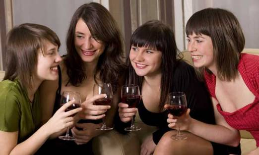 women-drinking-wine-101118-02
